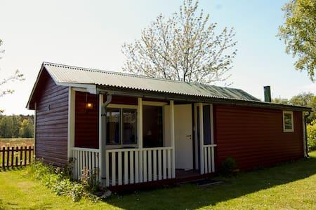 Liten, mysig stuga på landsbygden - Gotlands Tofta