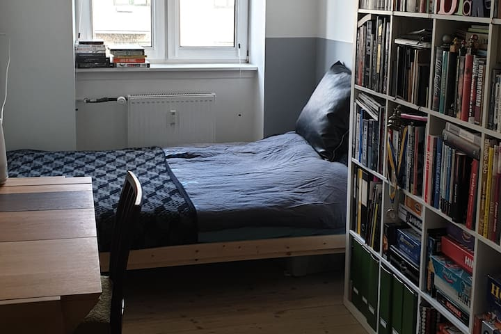 Cosy room close to metro with friendly hosts