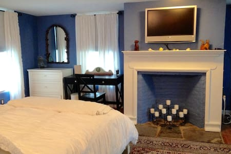 Comfortable quiet  in historic home - Rhinebeck - House