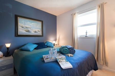 Orleans Cozy Getaway - Queen bed / shared bath - Ottawa
