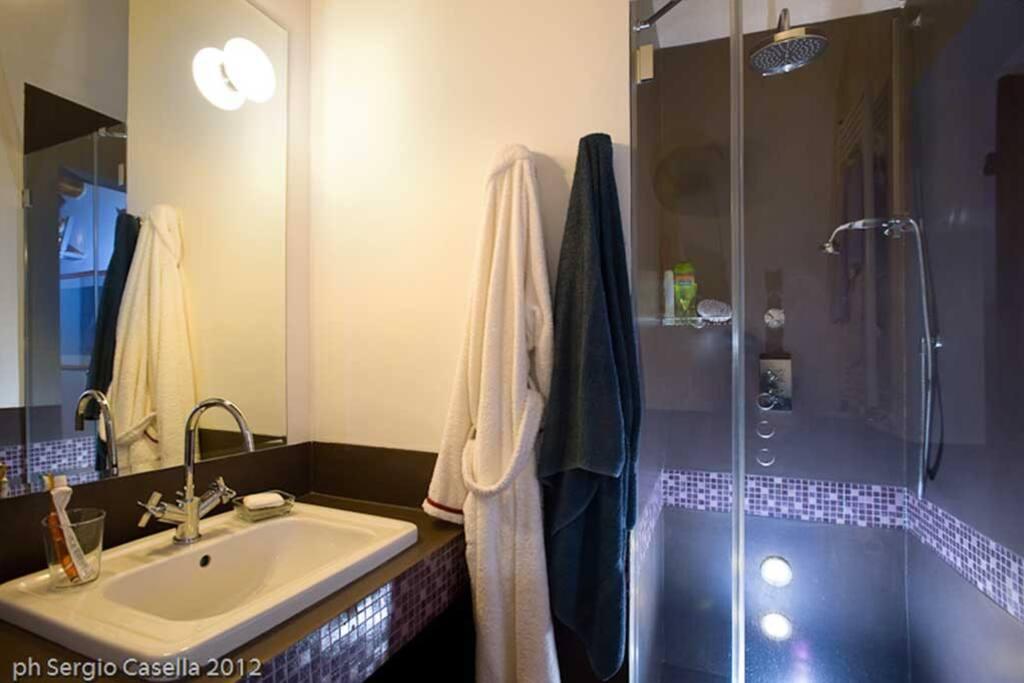 Bagno camera matrimoniale in resina e mosaico