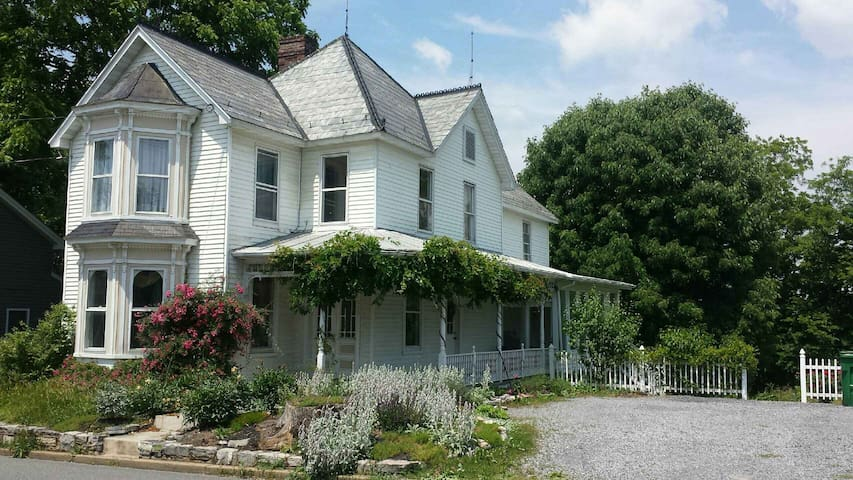 Big Victorian House-Right off I-81-River Access - Mount Crawford