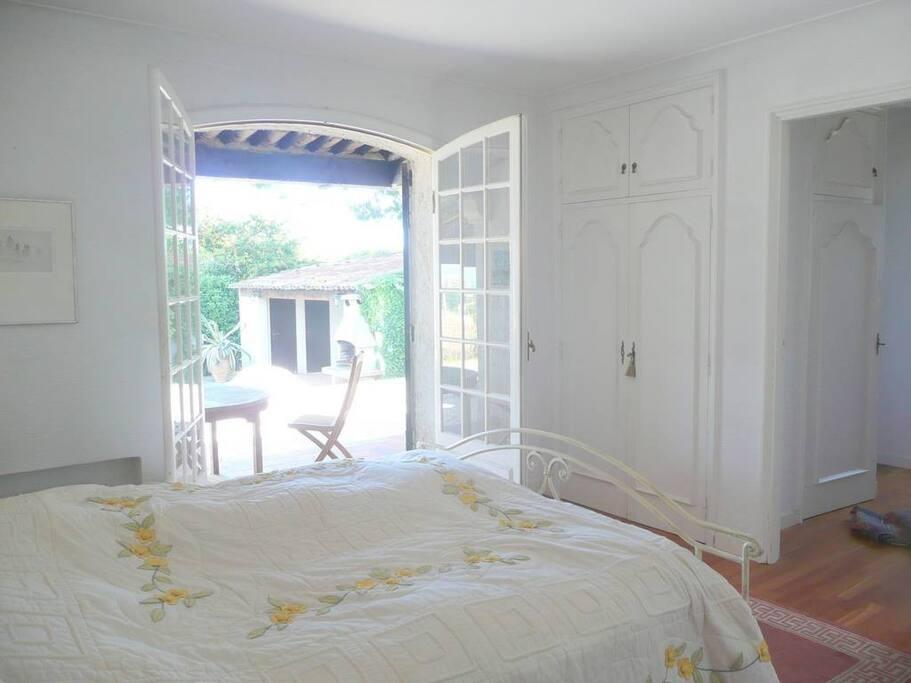 chambre 1 donnat sur la terrasse et la piscine