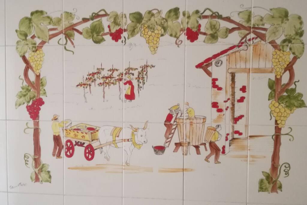 Particolare delle piastrelle della cucina, raffigurante una vendemmia d'altri tempi