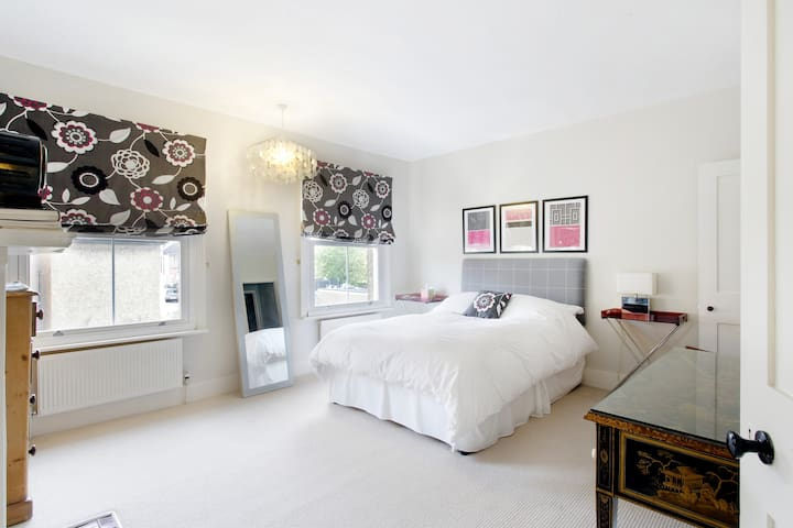Large, bright kingsize/twin bedroom
