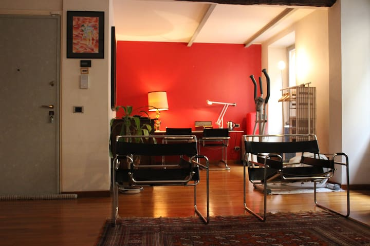 """The Red Room"" 2 minutes from Piazza Duomo - Milano - Ev"
