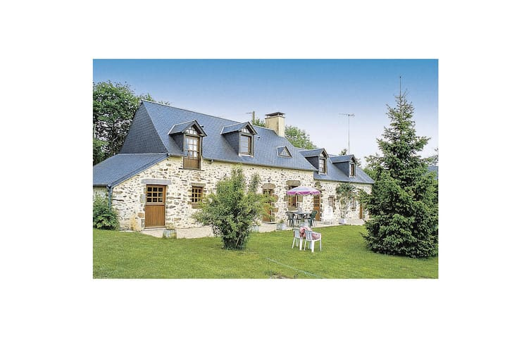 Holiday cottage with 4 bedrooms on 150 m² in Mont St.Jean