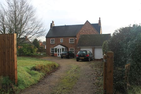 Double room in a modern family home in a village - Frankton