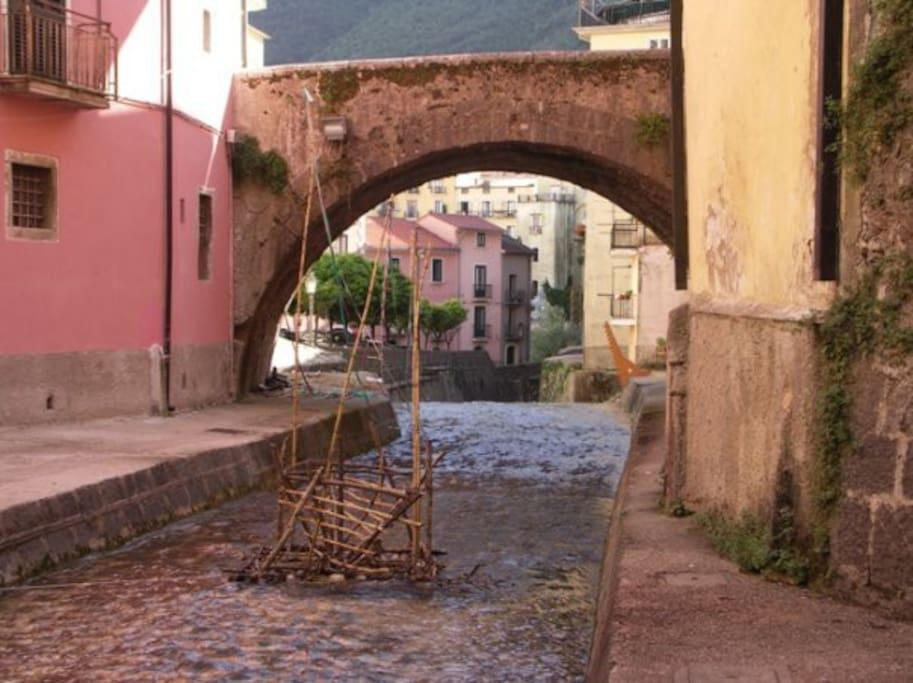 """La """"zattera"""" nel fiume Tenza, dell'artista materano, Dario Carmentano (2006)"""