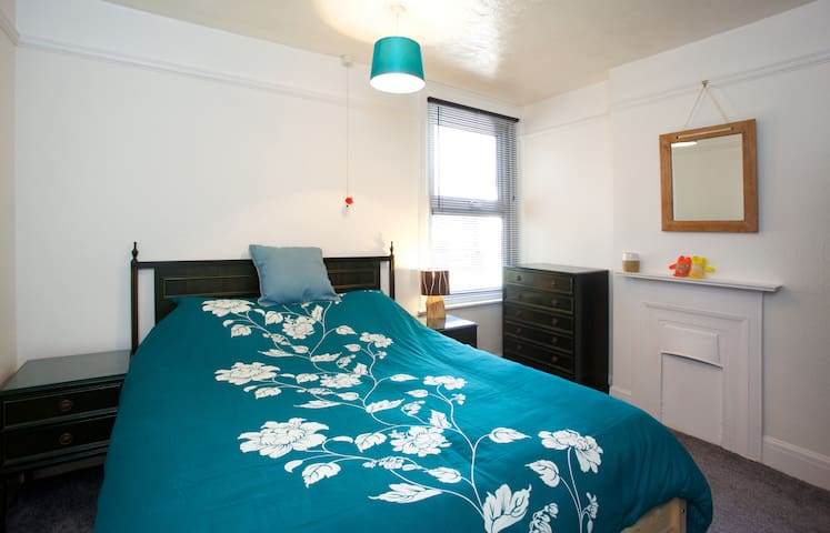 Great big bed - Great big beach! - Clacton-on-Sea - Lejlighed
