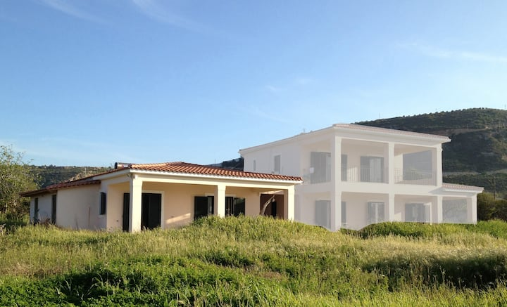 Beach House 70m2. 2-4 persons, in front of the sea