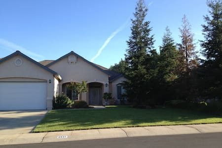 Private room, queen bed, full kitchen, close I-5 - Redding - Haus