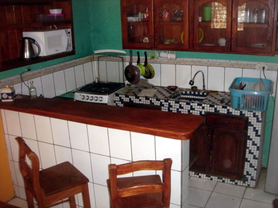 Nice fully equipped kitchen with bar top counter