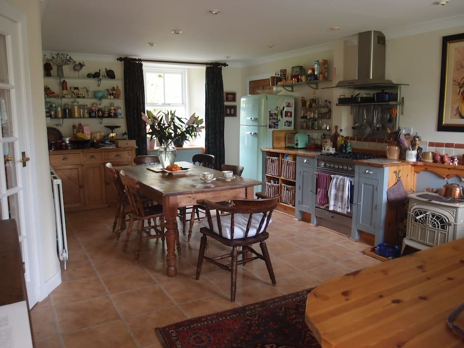 The classic country kitchen is built around our lovely old farmhouse table and benefits from a gas hob and the essential dishwasher!