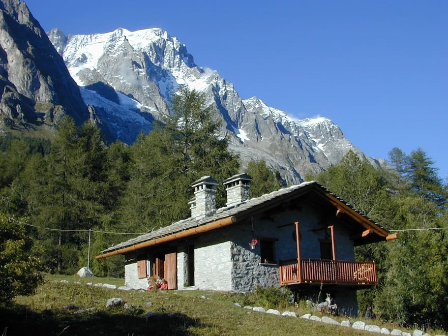la baita d'estate, in alto le Grand Jorasses