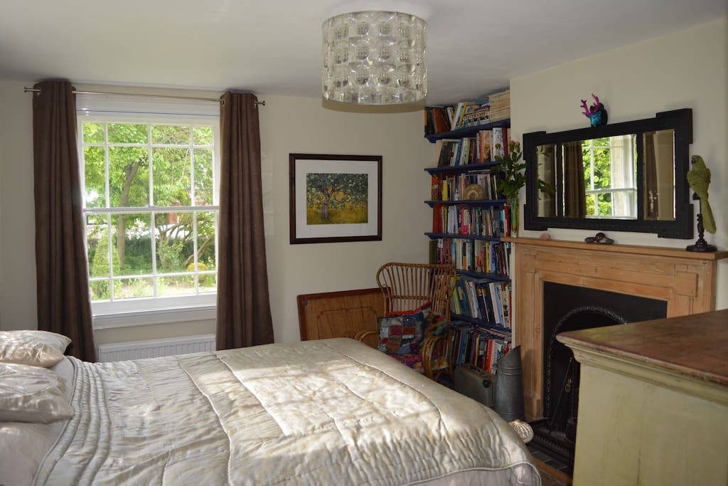 Double aspect room with views of the garden