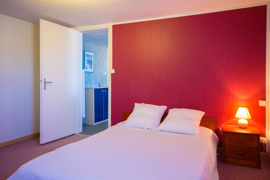 Ce lit deux personnes 140 x 190 cm, est équipé d'une couette 240x220 cm et deux oreillers