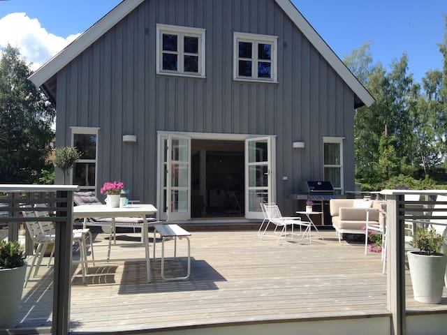 Stort og nyoppusset hus nær sjøen - Bekkestua  - Talo