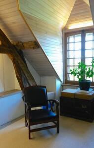 Chambre mansardée par escalier extérieur - House