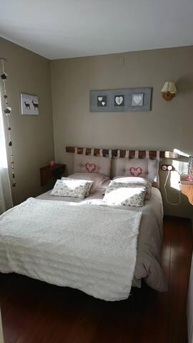 Chambre cosy avec sa salle d'eau privée.