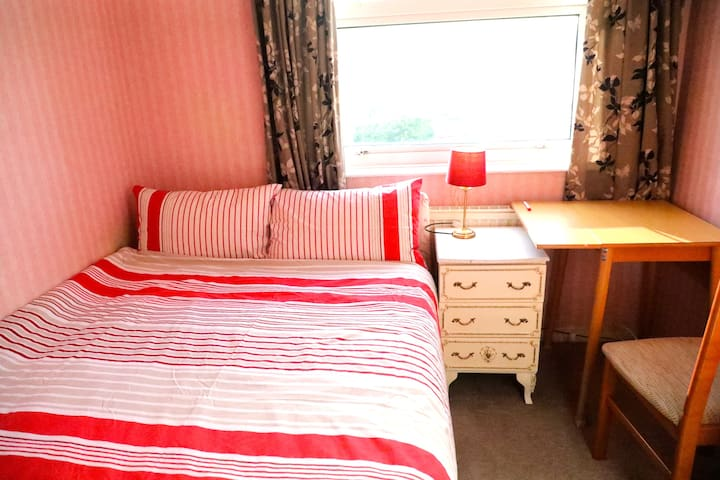 Large sgl room,comfy dbl bed. for 1 person.