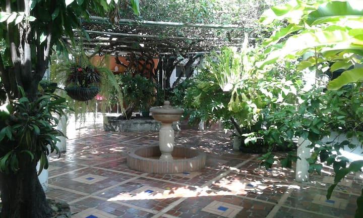 Casa Esquinera Parque Principal. Muy acogedora.