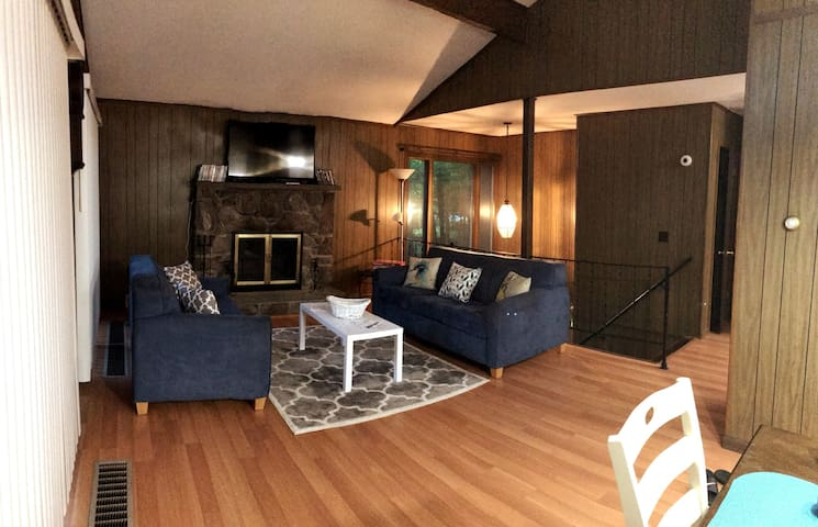 Comfy & Warm Cabin in Pocono W/ Ski Hill View