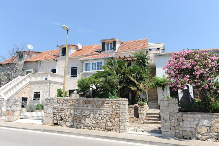 Vodice, stone house, 2+1,parking - Vodice - Apartamento