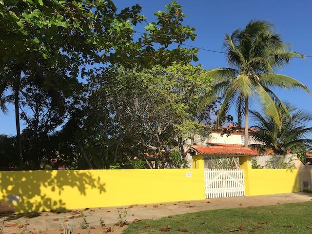 Acomodação e área ampla ao lado da Praia da espera