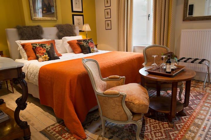 Elegant guestroom : King bed + breakfast & bikes