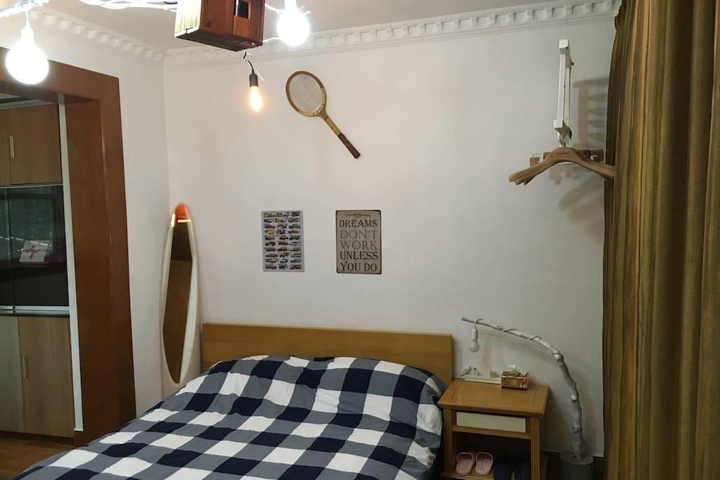 床墙:木制网球拍,华师大老师送的,非常喜欢。床左侧有一块落地镜子。