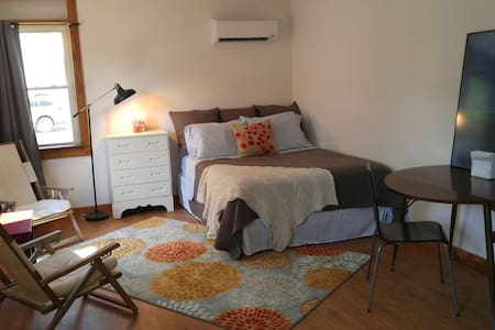 Sunny Studio Near Lindenwood Universty & Scott AFB - Appartement