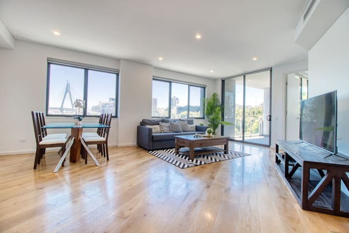 Large Apartment in Heart of Sydney with Parking