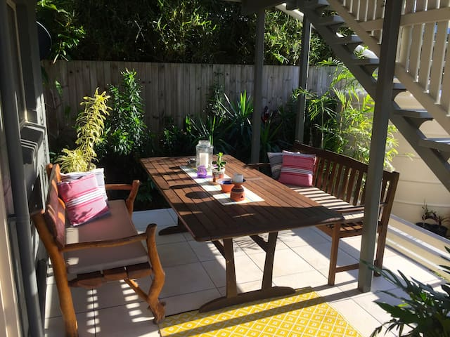 Right in town but close to beach. - Caloundra - Huis