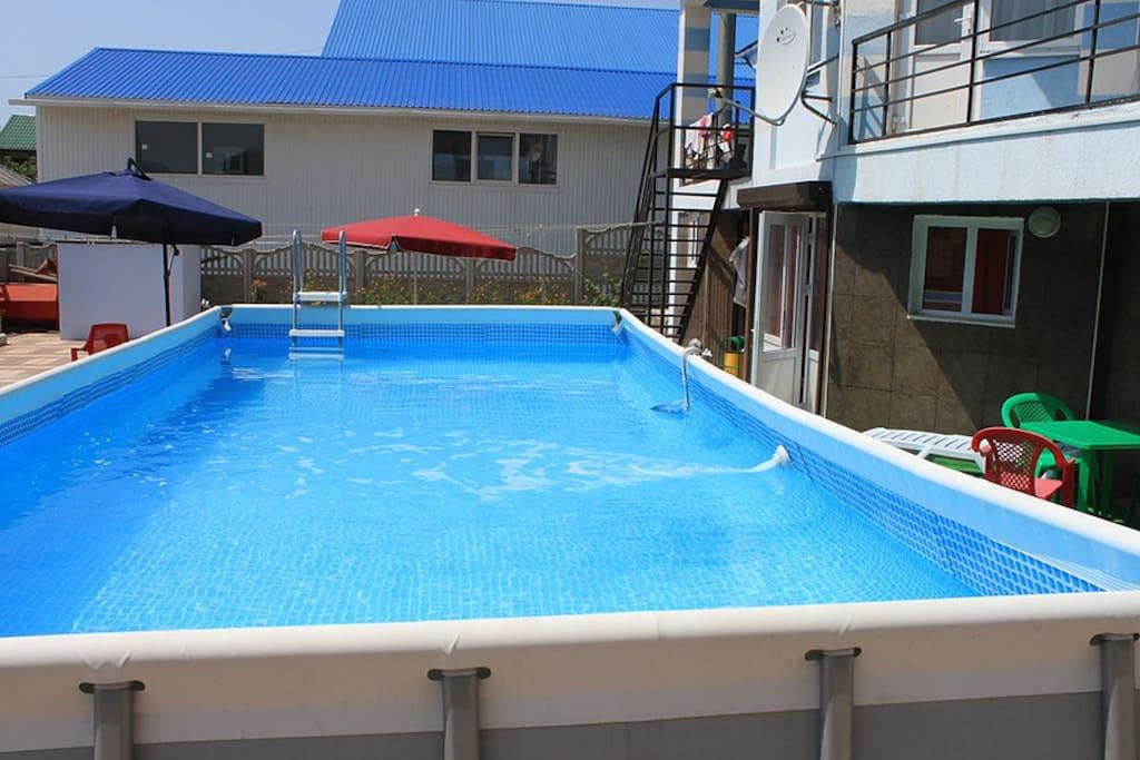 Открытый бассейн на территории