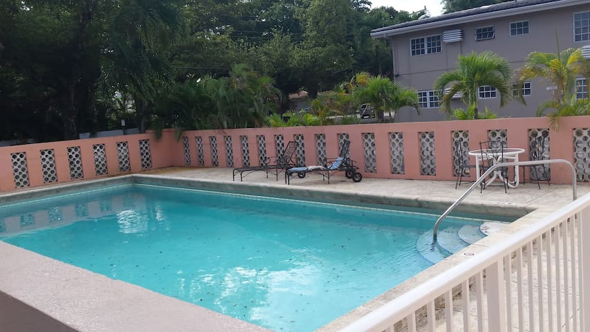 5 min walk to UM , metrorail stores - Coral Gables - Apartment