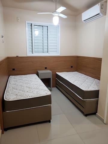 Quarto 1, podendo ser cama casal ou duas de solteiros com auxiliares