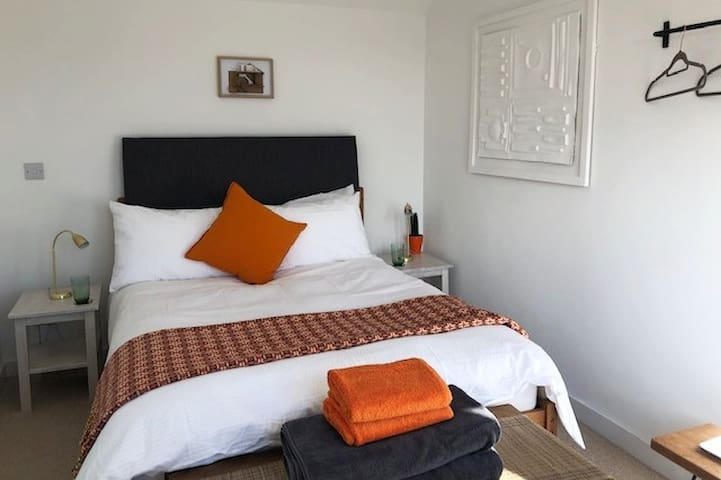 Calm, stylish double: ensuite, free WiFi & parking