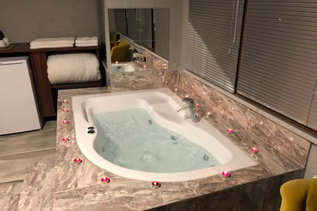 Martin Suit Deluxe Suit with Jacuzzi
