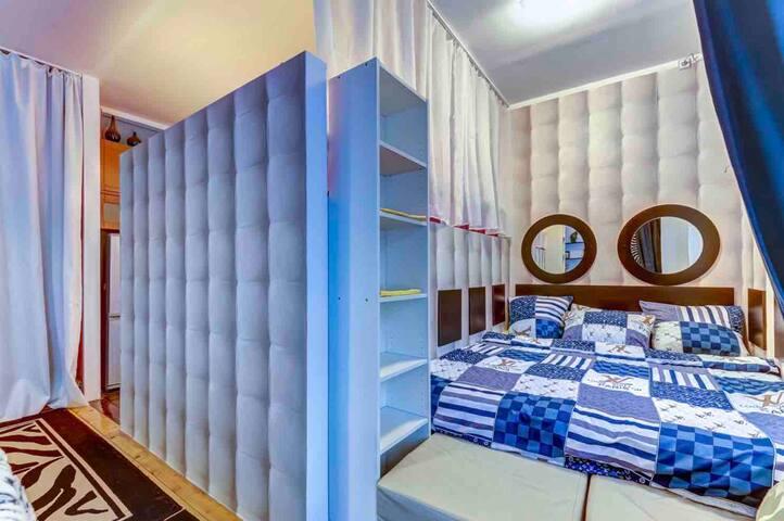Спальня/ниша-2(два) спальных места.Большое окно во дворик.
