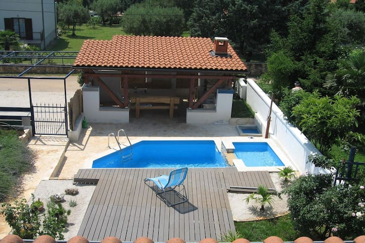 Peaceful house only 900m from the sea with swimming pool, BBQ, WiFi, airco