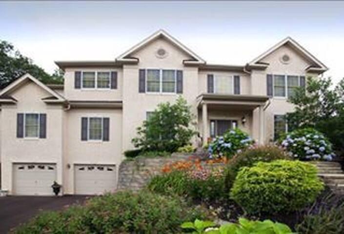Convenient location - x-large home
