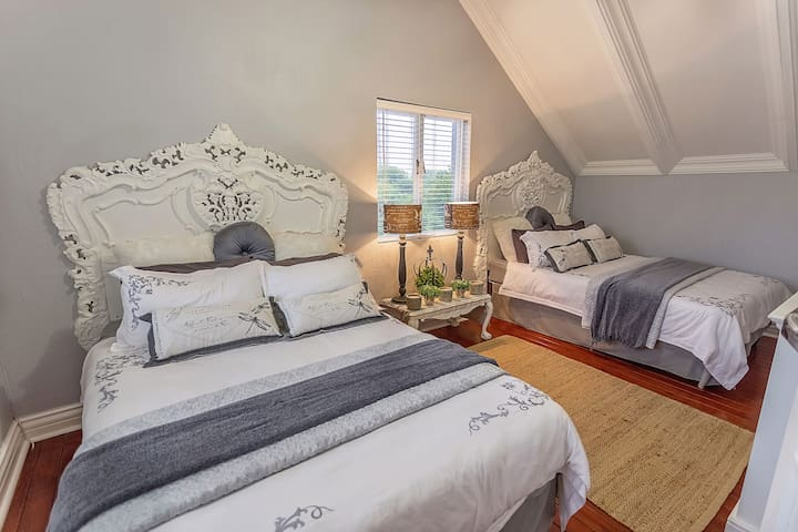 Upstairs guest bedroom with 2 Queen size beds