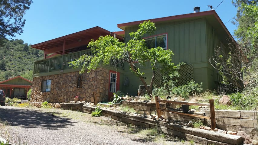 Riverfront refuge among the pines - Payson - House