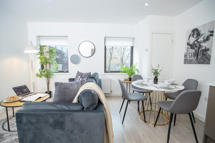 ★Stylish 2 Bed Suite W/ Courtyard View & Parking★