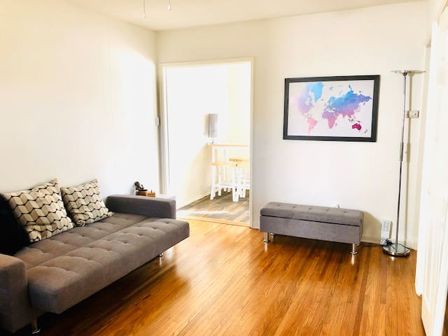 Cosy one-bedroom house in village near LAX