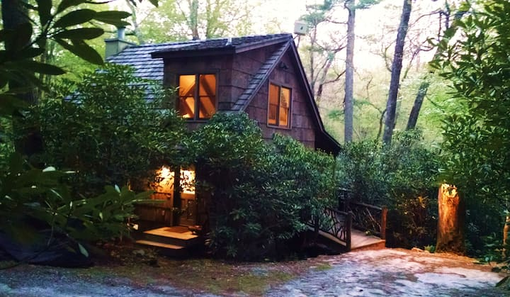 The Hobbit House - romantic bark covered cottage!