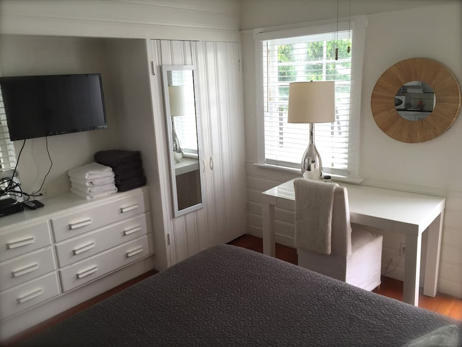 STUDIO (FULL-SIZED BED - LINENS ARE PROVIDED) (CABLE TV & WIFI)