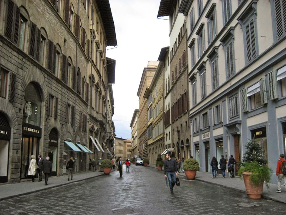 Via Tornabuni, the luxury shopping street of the center. It is at just 1 minute by walk from the apartment.