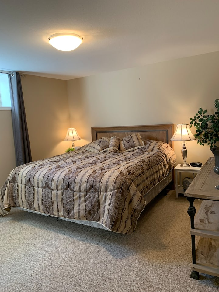 Beautiful 1 Bedroom Private Suite & Kitchenette